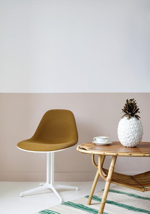 siege-vintage-de-couleur-moutarde-a-cote-d-une-table-en-bois-sizel-158031-1200-849