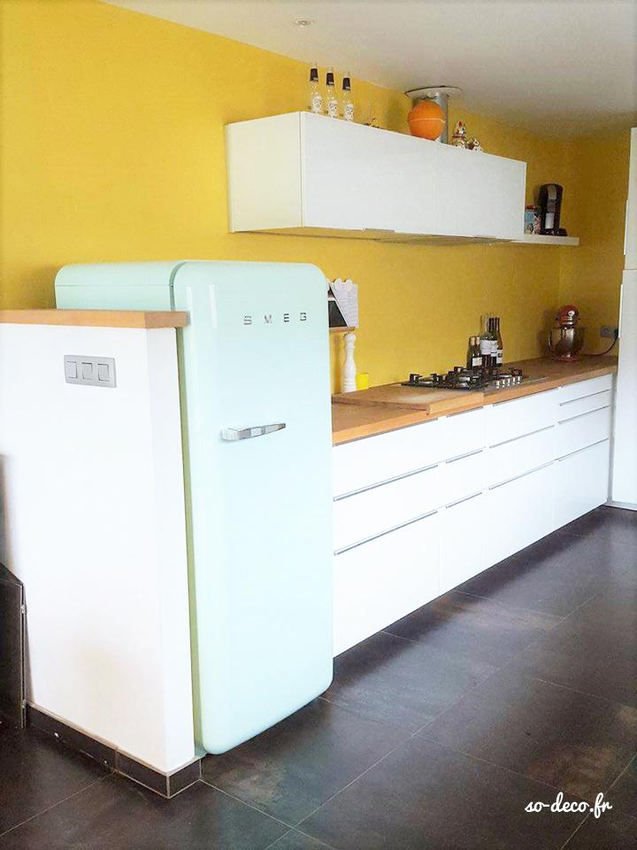 cuisine-blanche-mur-jaune