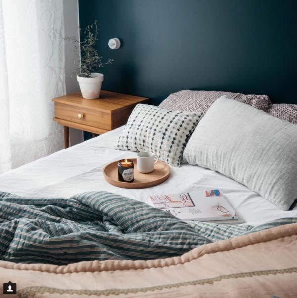 mur-bleu-et-linge-de-lit